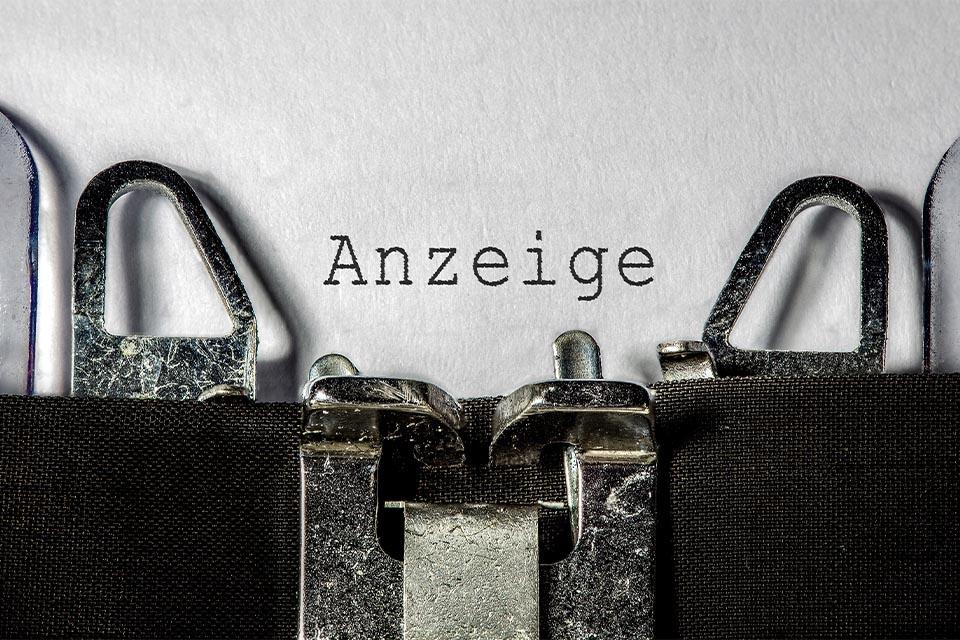Altmodische Schreibmaschine schreibt Anzeige