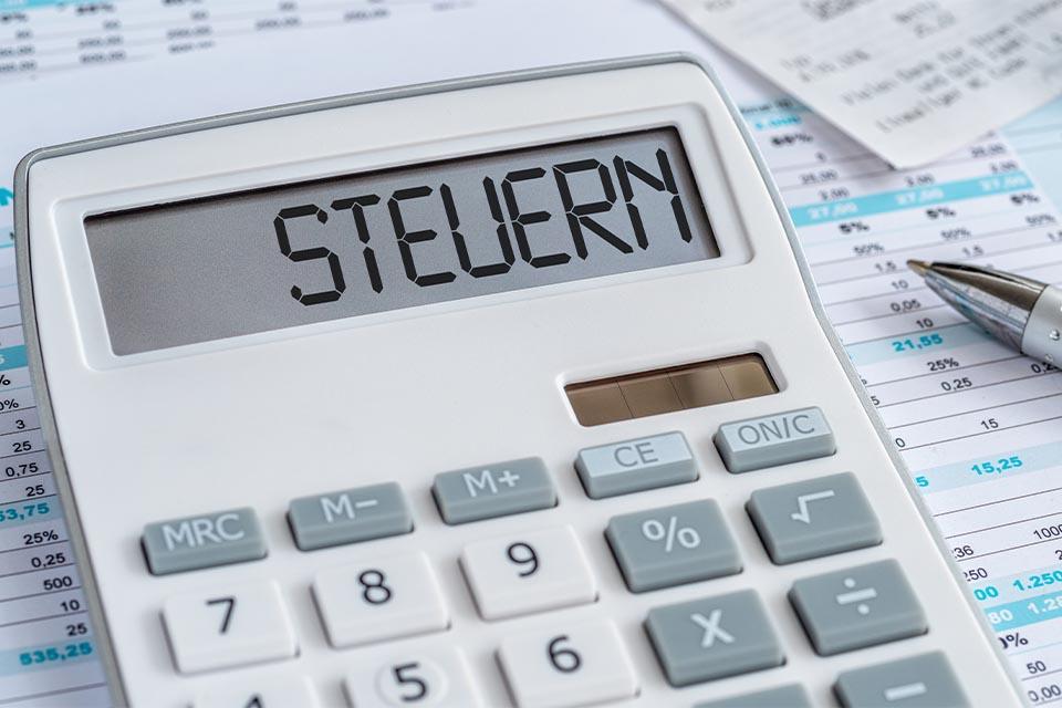 Steuerpapiere und Taschenrechner