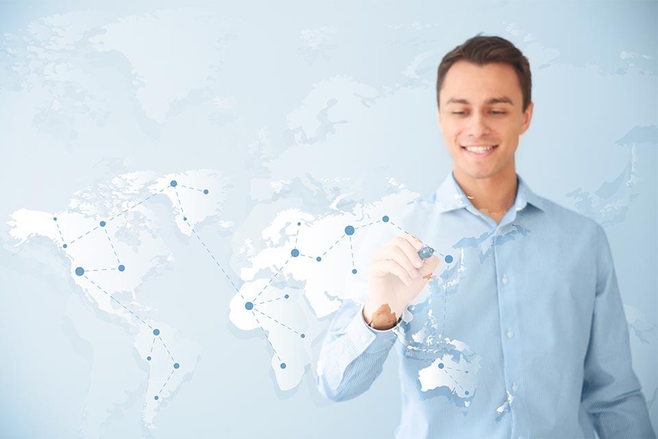 Mann zeigt auf Weltkarte